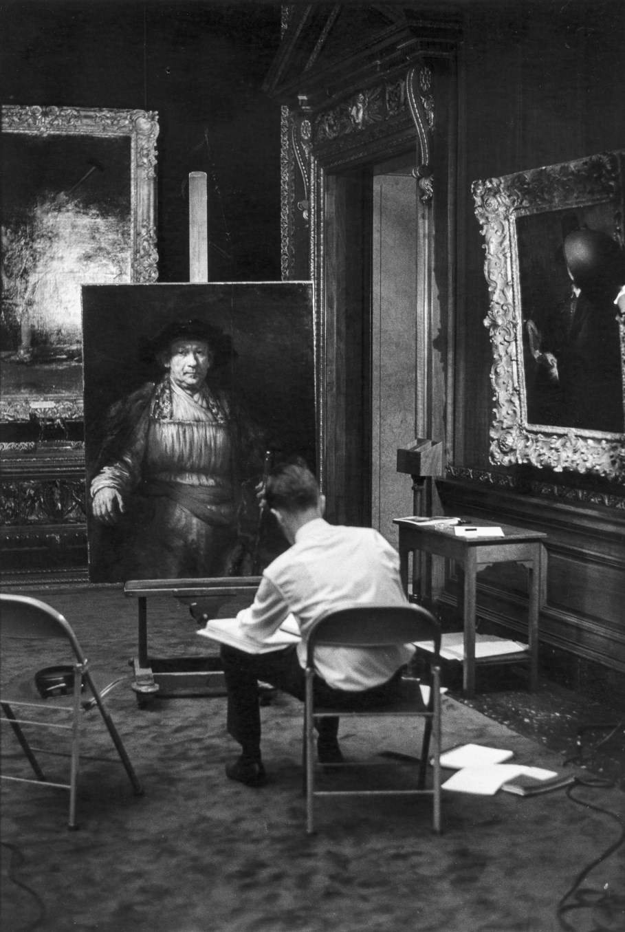 Een lid van het Rembrandt Research Project, Joshua Bruyn, bestudeert Rembrandts Zelfportret in The Frick Collection in New York in 1969 (archief Rembrandt Research Project, RKD).